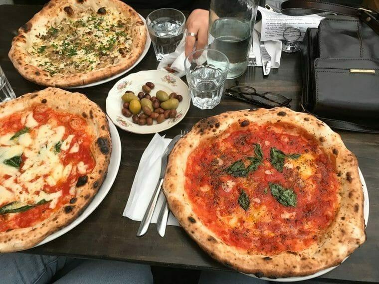 Tre olika pizzor från Lilla Napoli